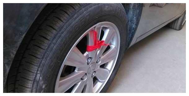 开车时,遇到车轮系红绳的车,司机都会主动避让,这是为什么?
