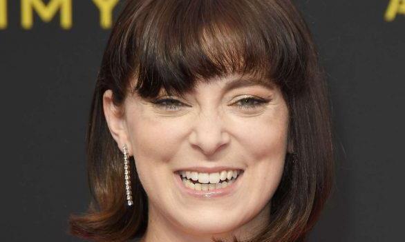 女星RachelBloom一袭红色长裙亮相洛杉矶艾美奖颁奖礼,女人味足