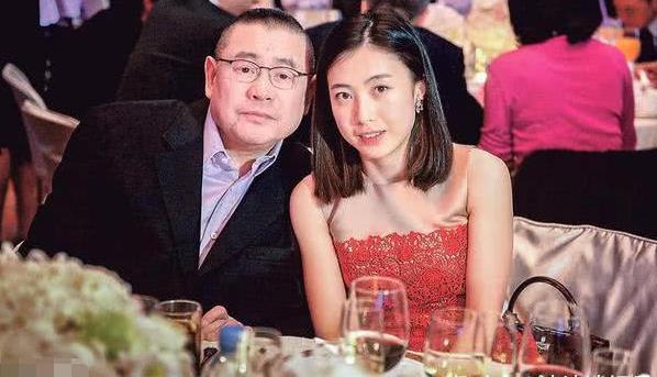 曾和刘銮雄相爱,得到亿元房产为母还债,与吴奇隆相爱3年分手