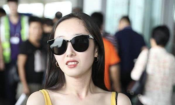 """女星黄裙墨镜甜美现身机场,长发披肩很唯美,有""""林黛玉""""的影子"""