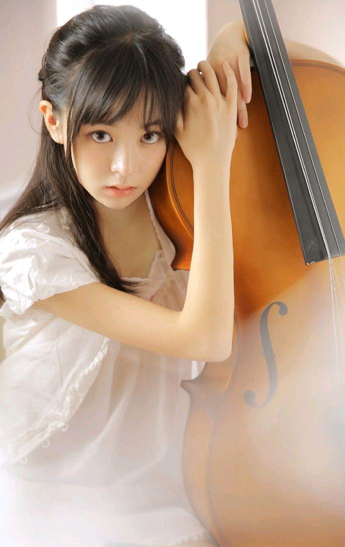 清纯优雅的提琴少女写真,一双大眼睛晶莹剔透,格外美丽!