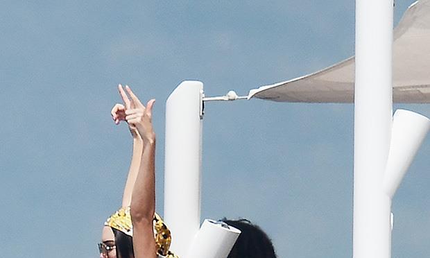 超级名模肯达尔在戛纳电影节之后,与卢卡在游船相约