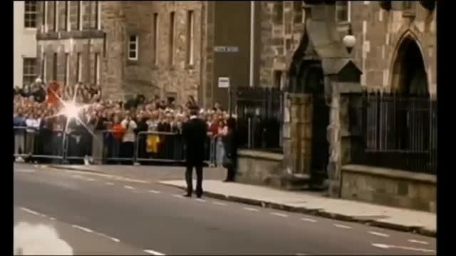 威廉王子大学报道时的场景那会的王子还有点羞涩发量也足