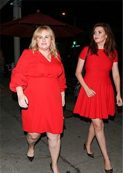 瑞贝尔·威尔森和朋友现身街头,一胖一瘦对比鲜明
