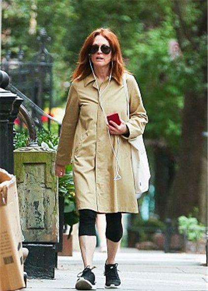 58岁影后朱丽安·摩尔街头漫步听音乐,似文艺电影女主角优雅动人