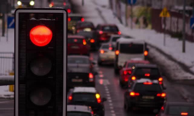 误闯红灯不要怕,只需这样一个动作,不扣分也不罚款