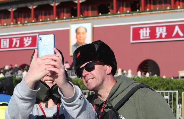 """北京:寒潮来袭气温""""跳水"""" 游客穿厚衣游览天安门广场"""