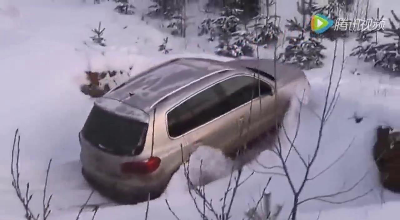 死活上不去 驾驶大众Tiguan奋勇爬雪坡