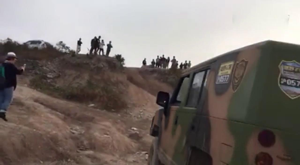 视频:北汽迷彩勇士二次暴力冲坡 引围观群众惊呼