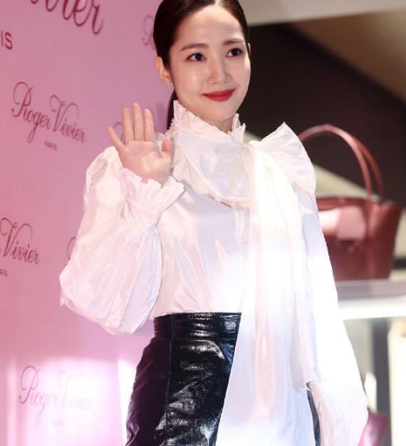 同样是出席活动,朴敏英全场最美,申敏儿只比她大2岁却太显老!