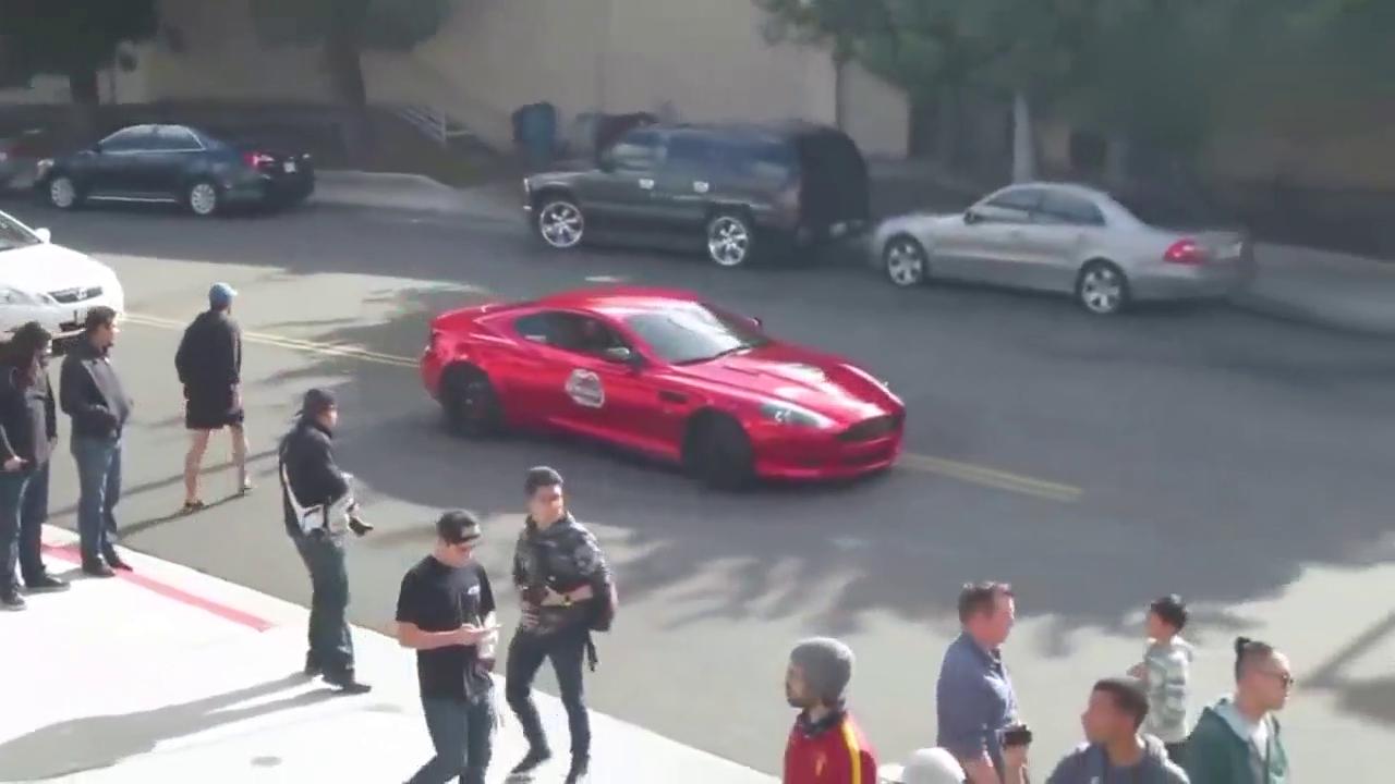视频:引人注目 街拍电镀红阿斯顿·马丁DB9