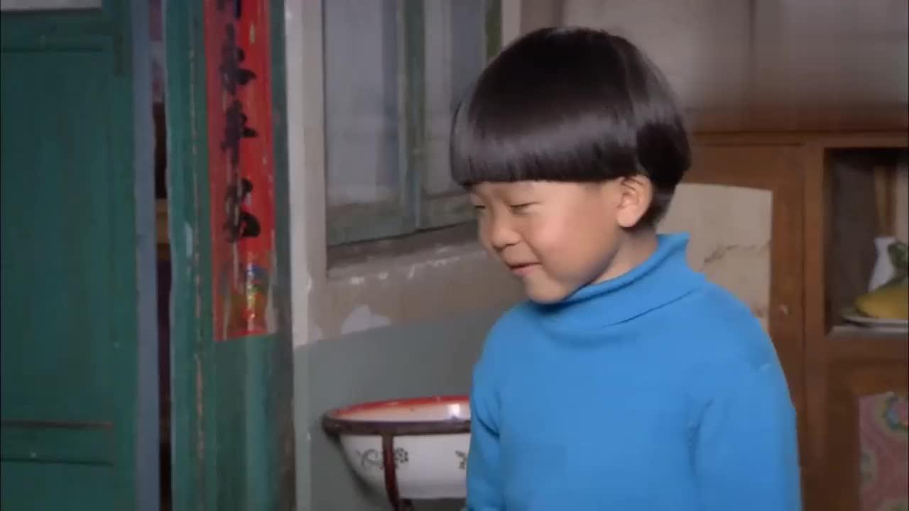 小男孩为了妹妹长高高偷鸡腿给妹妹吃不料刚拿到手就被逮