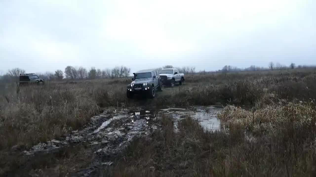 视频:Jeep牧马人与道奇公羊玩越野遇到泥坑时才知道差距这么大
