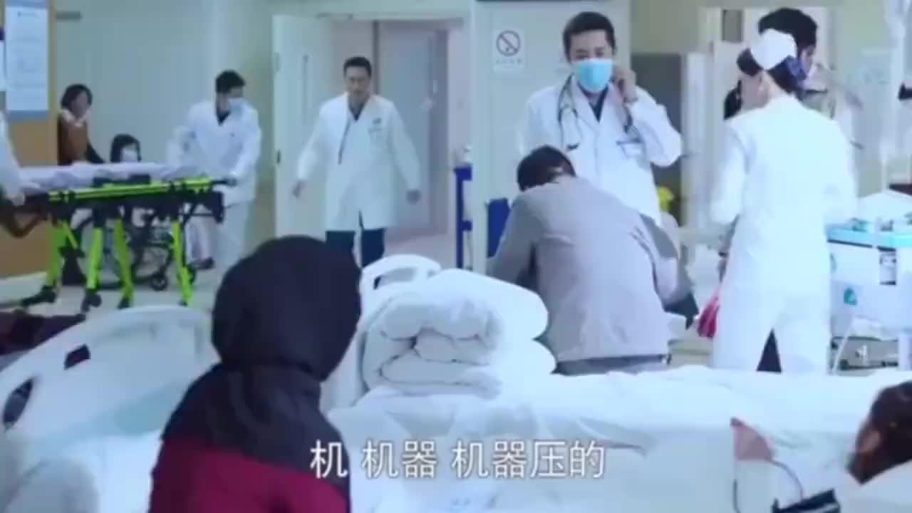 急诊科医生工人被机器压到手需要截肢路过美女一眼看出还能救