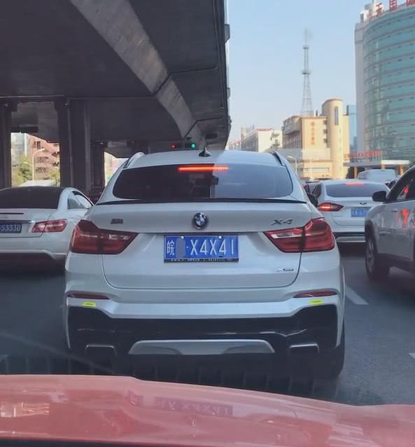 安徽街头偶遇宝马X4,当看到车牌号,网友:比开路虎还有面!