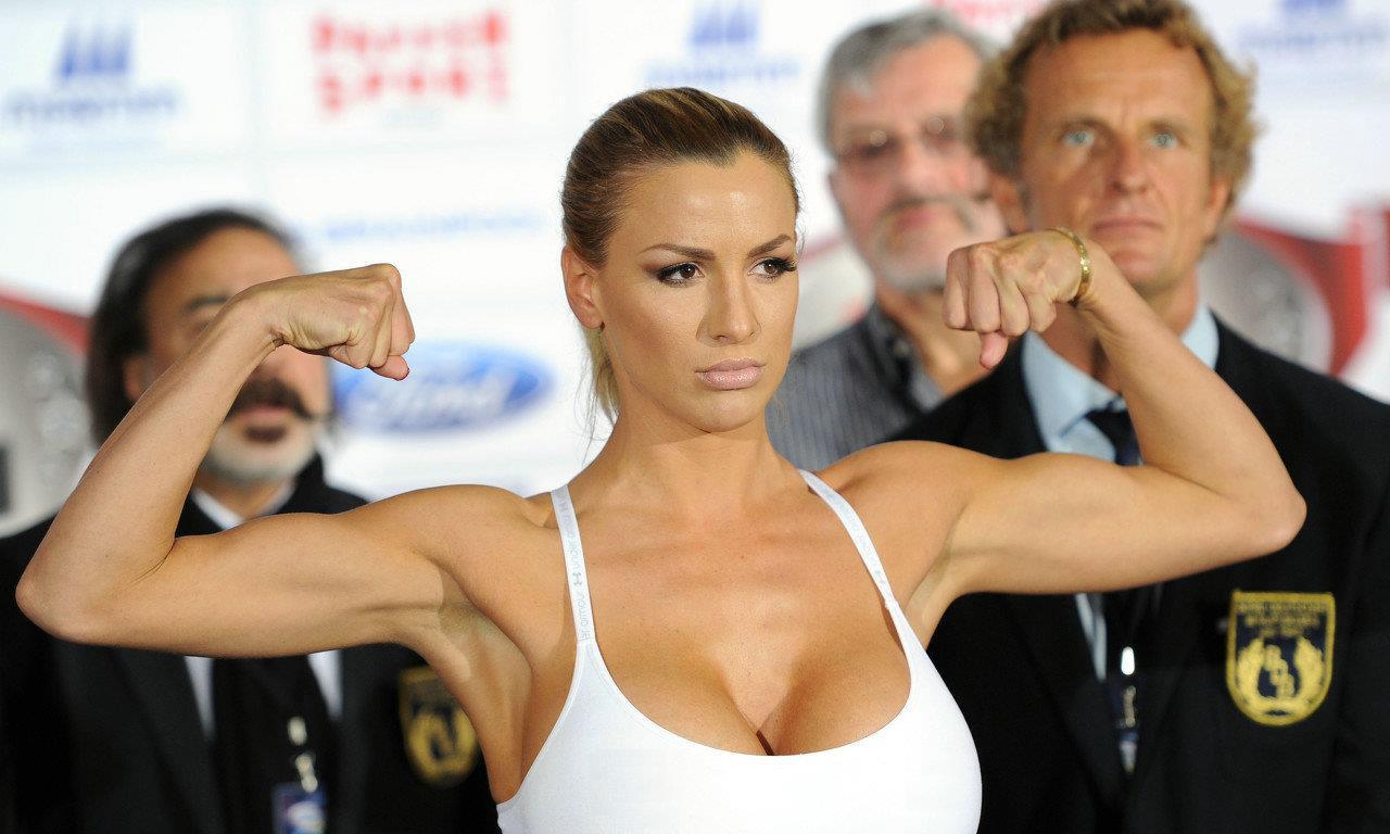 来势汹汹!女星乔丹卡佛与梅勒妮穆勒拳击比赛较量,两人对视许久
