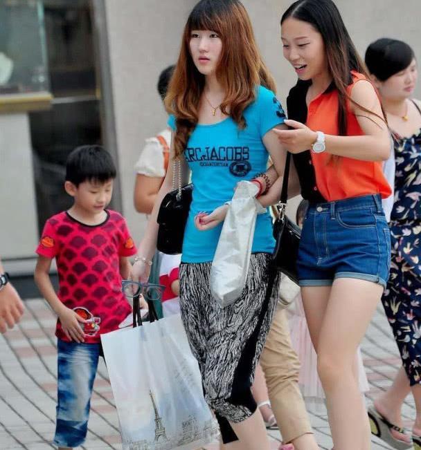 街拍:校园女孩周末外出高腰牛仔裤时尚百搭街头很流行都怎么穿