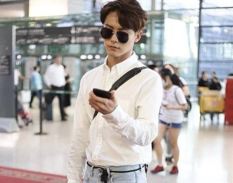 马天宇现身机场,身穿白衬衫搭配牛仔裤,造型清爽帅气!