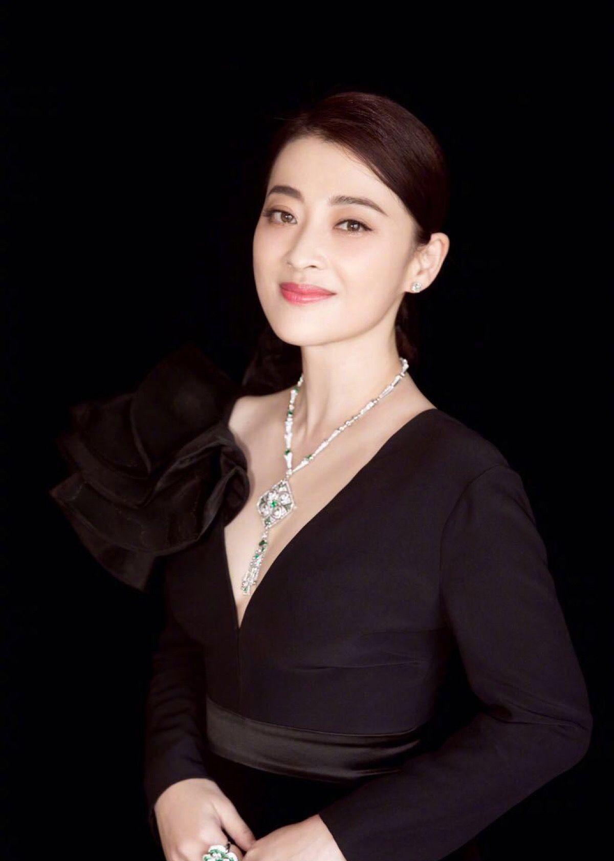 梅婷美出新高度,黑色薄纱上衣很大胆,网友:麻花辫才是亮点