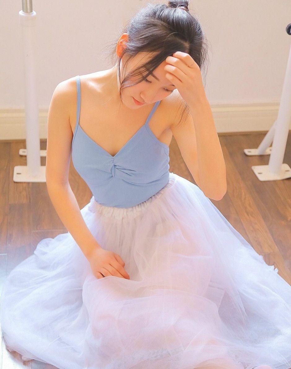 芭蕾舞美女裸背纱裙露香肩白丝美腿 散发迷人的气质