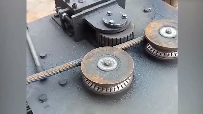 让人脑洞大开的机械加工螺纹钢轻松卷成圆圈就是这么简单