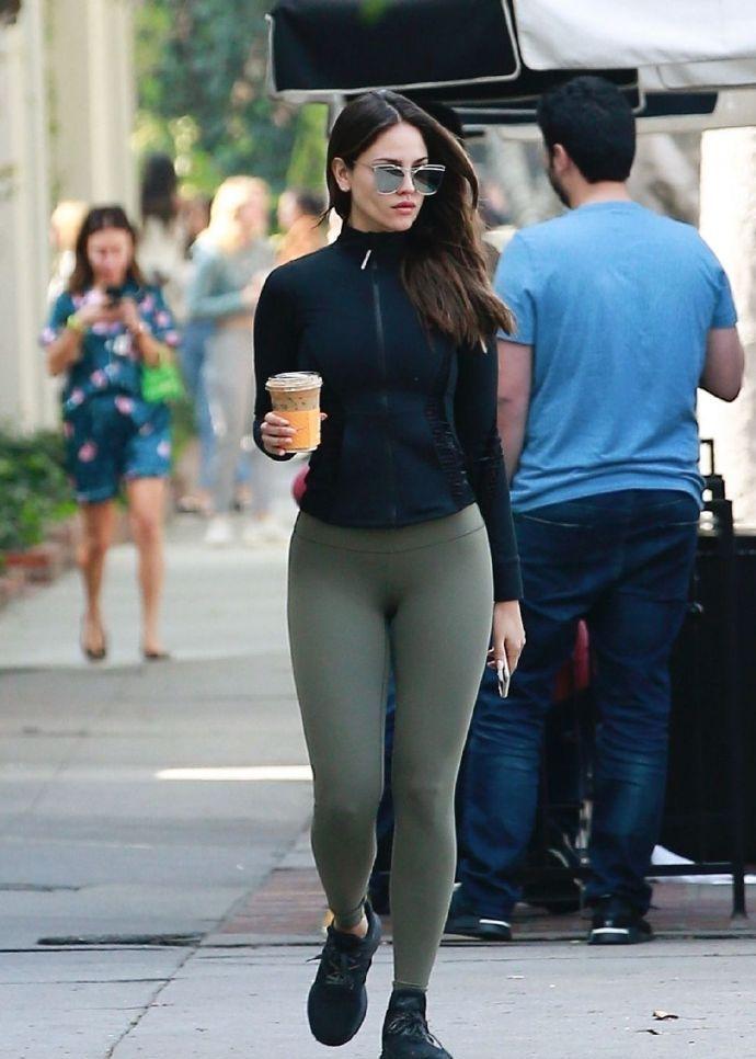 埃扎·冈萨雷斯,外出时的街拍,穿紧身裤,凸显美好身材