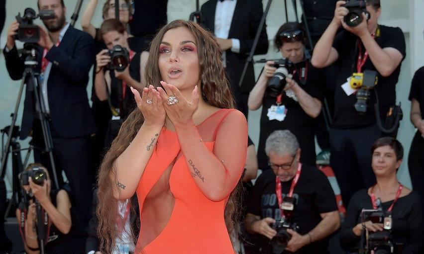 兰博基尼家族孙女伊蕾莎身穿红色长裙出席威尼斯电影节,太美艳了