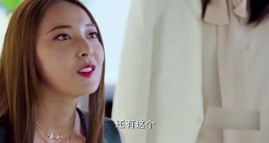心机女来珠宝店买首饰,老板看到心机女手上的一物后,故意为难她