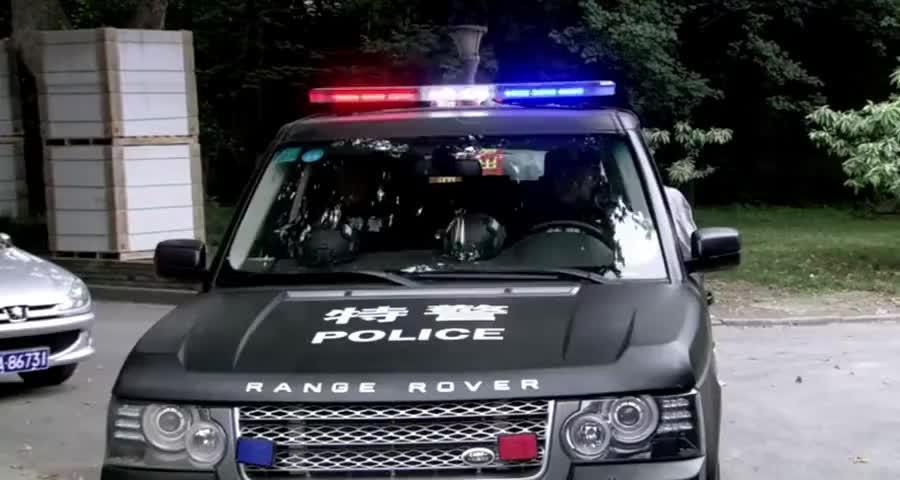 特警去执行紧急任务,简单一句师傅要念紧箍咒了,直接拿下对方
