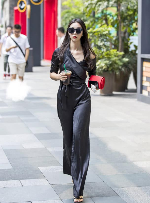 路人街拍:大牌范十足的高挑美女,早秋的黑色时尚!