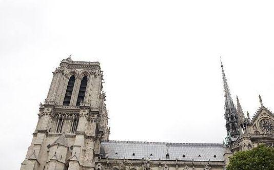 巴黎圣母院大教堂:眺望塞纳河上的风光及蓬皮杜国家文化艺术中心