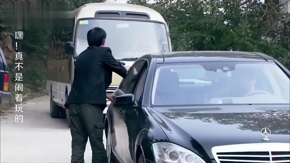 农村来了一辆大奔车下来一位老板原来是为美女庆祝的
