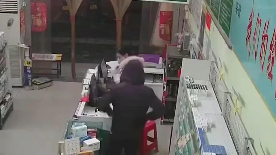 监拍广西一药店女员工遭施暴袭击奋力自救成功夺刀吓跑劫匪