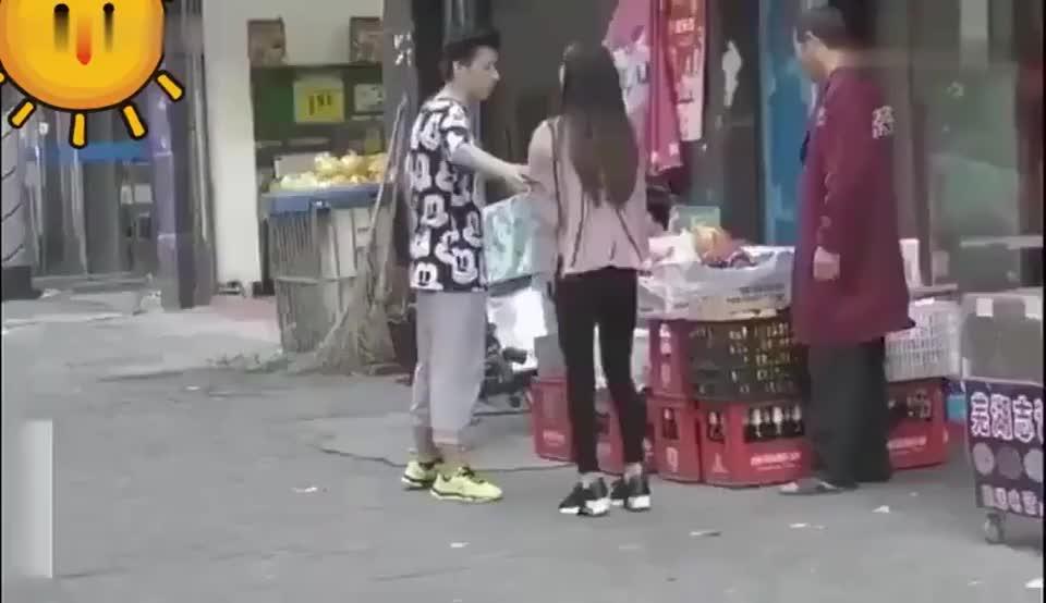 女友想要买东西男友不想买女友对着男友下身狂踢