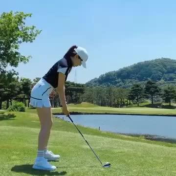 真喜欢这种优雅的运动当高尔夫球手挥杆时真是太舒服了