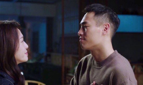 姚晨与杨祐宁合影,两人微笑望着镜头,亲密相靠cp感十足