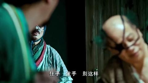 男子被迫脱下上衣坏人拿出一米长的针扎脸这一针下去不就废了