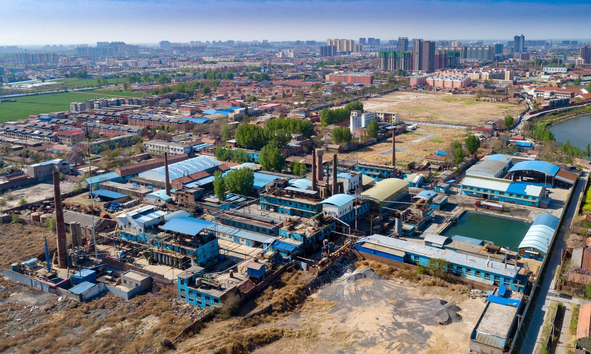 建于六十六年前的化工厂搬出了县城,职工多达五百,人均月薪四千
