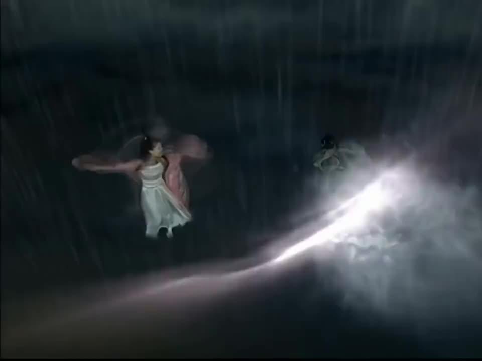 这画面太和谐了法海放下手中的紫金钵帮助白素贞和小青