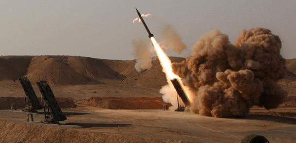 大批伊朗制导弹从天而降,中东门户港口陷入火海,美承认局势失控