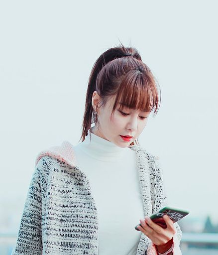 沈梦辰高马尾似青春女大学生,一路认真看手机在和海涛传情?