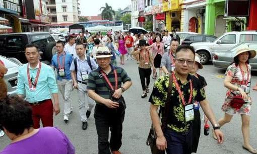 在圣彼得堡集体食物中毒后,中国游客放弃治疗继续参观,来都来了