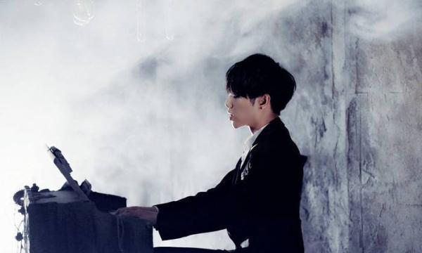 华晨宇秀钢琴预祝520,意外曝光颜值秘密,网友:邻家小哥哥