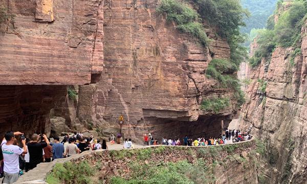 国庆长假第二天,河南新乡万仙山郭亮挂壁公路迎来客流高峰