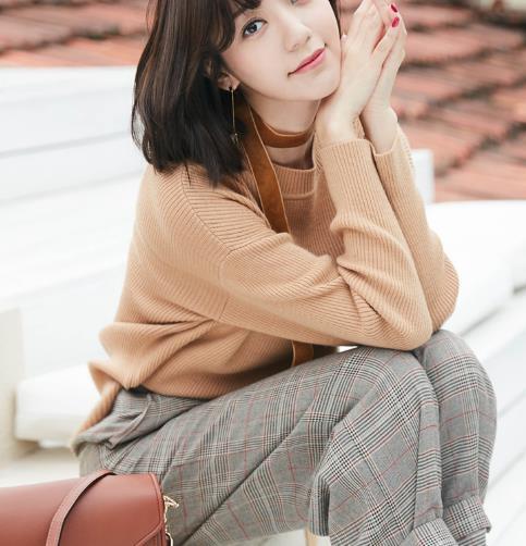 郭雪芙时尚街拍写真,穿卡其色毛衣,十分优雅干练