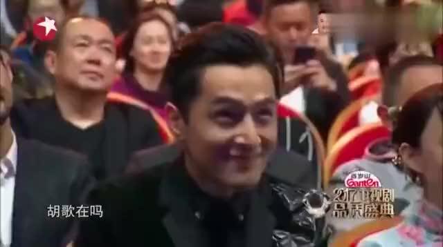 """娱乐圈""""老前辈""""上台,先点胡歌后损靳东,刘涛吓得赶紧起身!"""