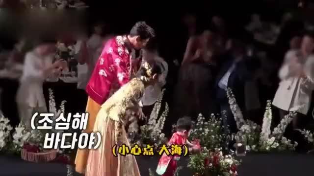 秋瓷炫于晓光曝婚礼花絮 儿子正面照超像妈妈