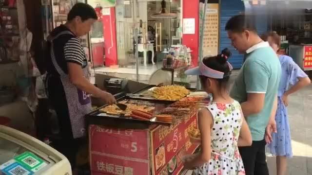农村大集旁的小店生意特火专做简易速食小吃年收入20万
