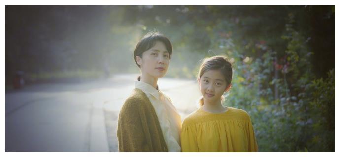 孙莉晒与多多合照,白衬衫搭棕黄外套优雅可人,与女儿同框似姐妹