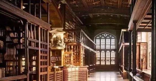 牛津大学图书馆,其中的藏书数量仅次于大英图书馆,约650万册